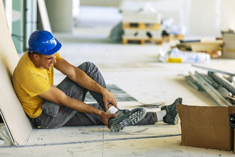 pracownik na budowie wypadek